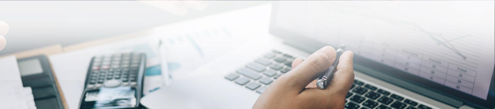 laptop i długopis