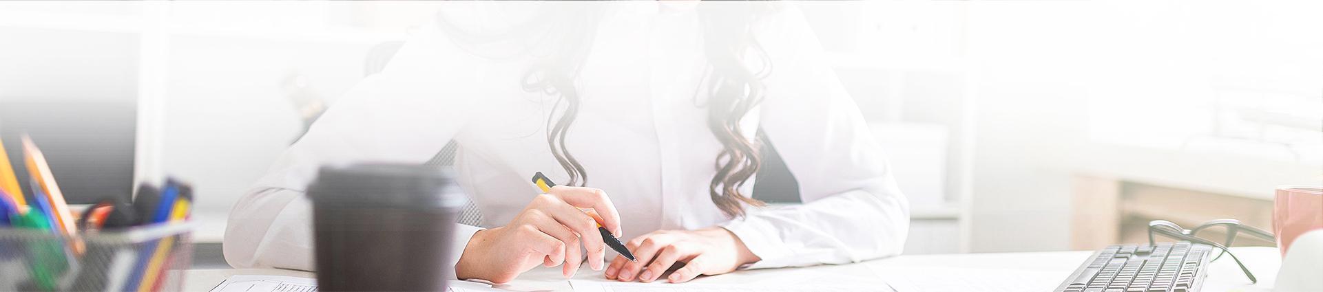 Pracownik biura rachunkowego oblicza podatek