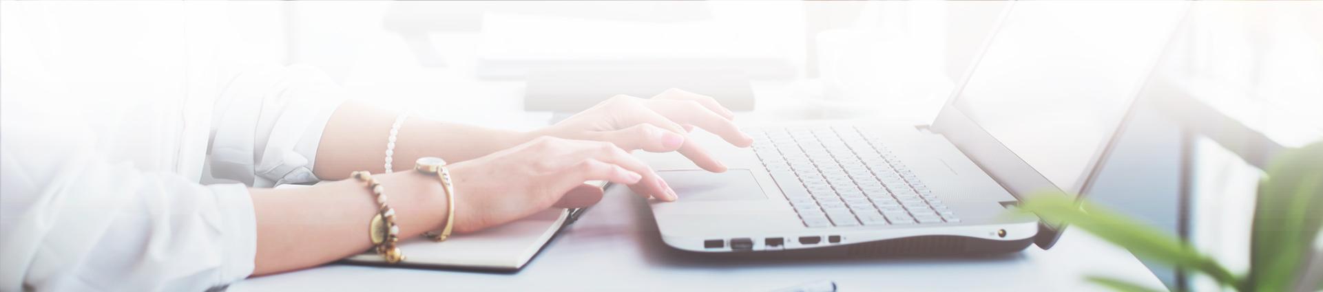 Pisanie wiadomości na laptopie